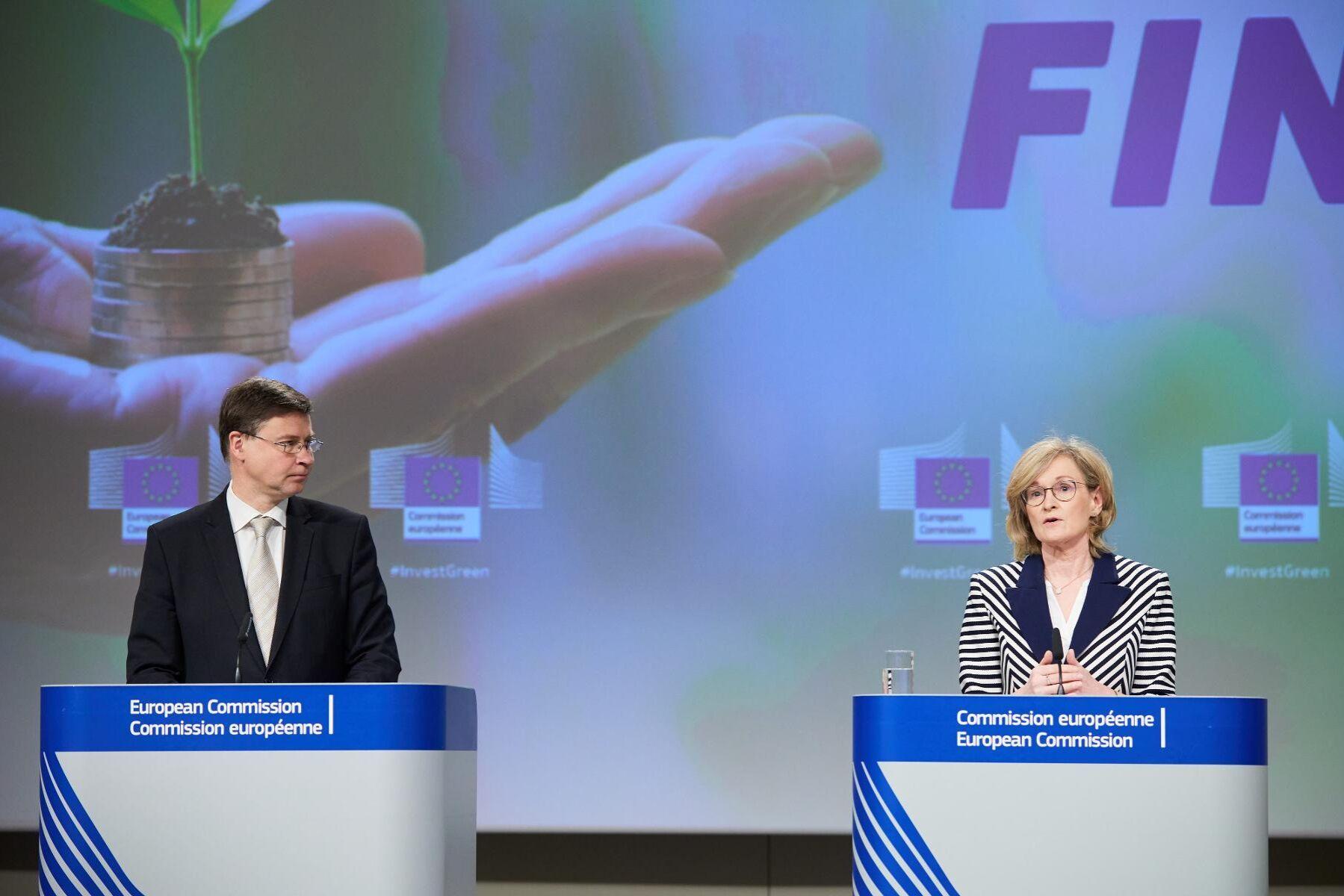 EU-kommissionärerna Valdis Dombrovskis och Mairead McGuinness presenterade taxonomiförslaget på onsdagen.