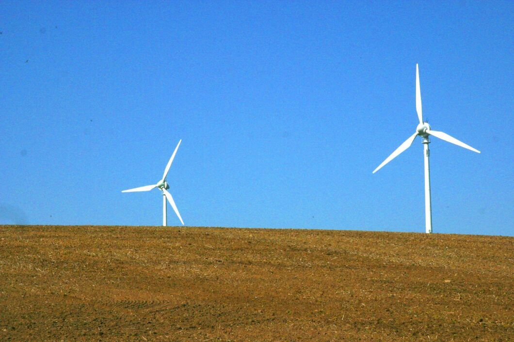 Vindkraft kan vara kontroversiellt. Ny forskning visar att stora vindkraft- och solpanelsparker kan öka nederbörden i ökenområden.