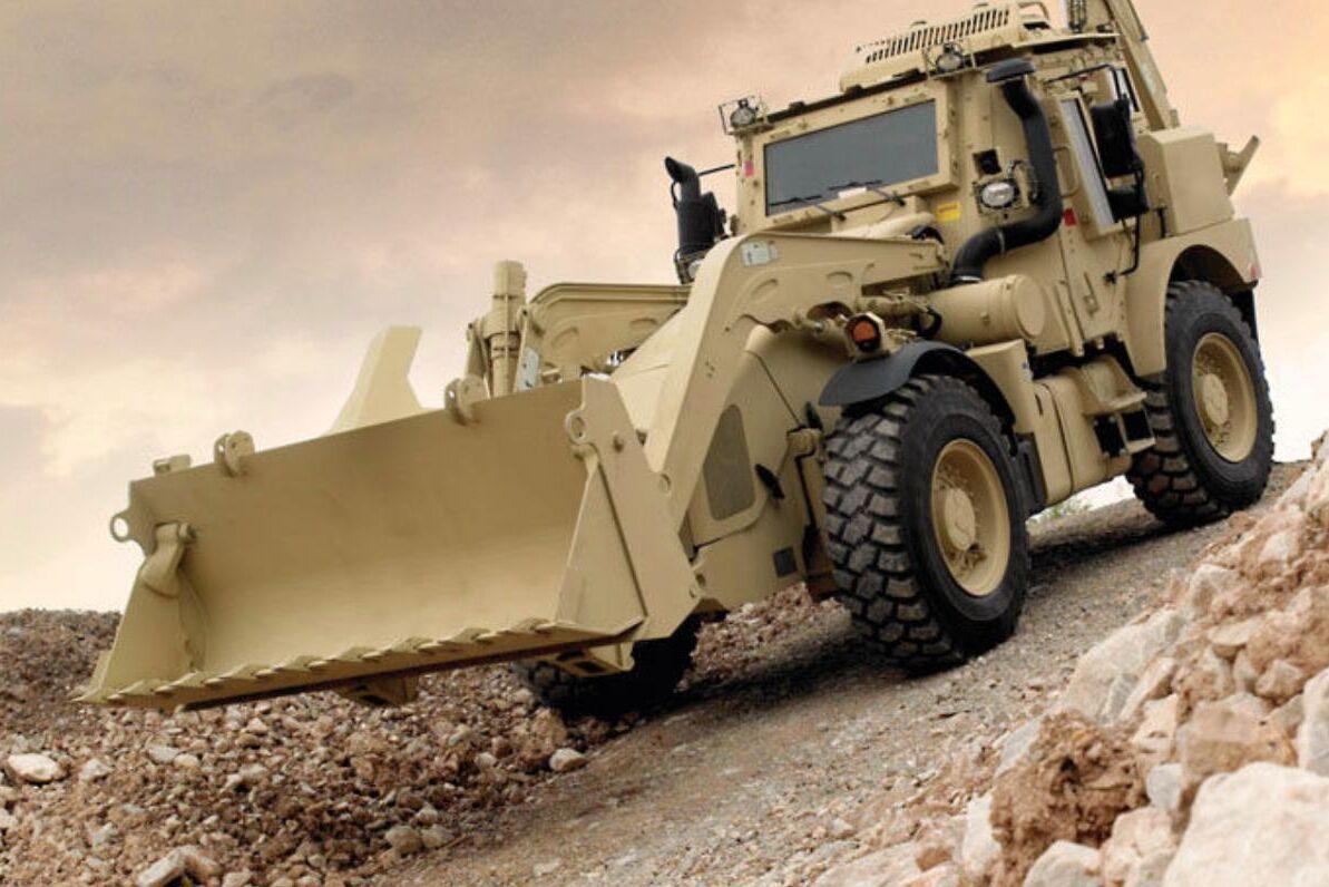 Beroende på skyddsnivå väger grävlastaren mellan 13,5 till 16,2 ton.