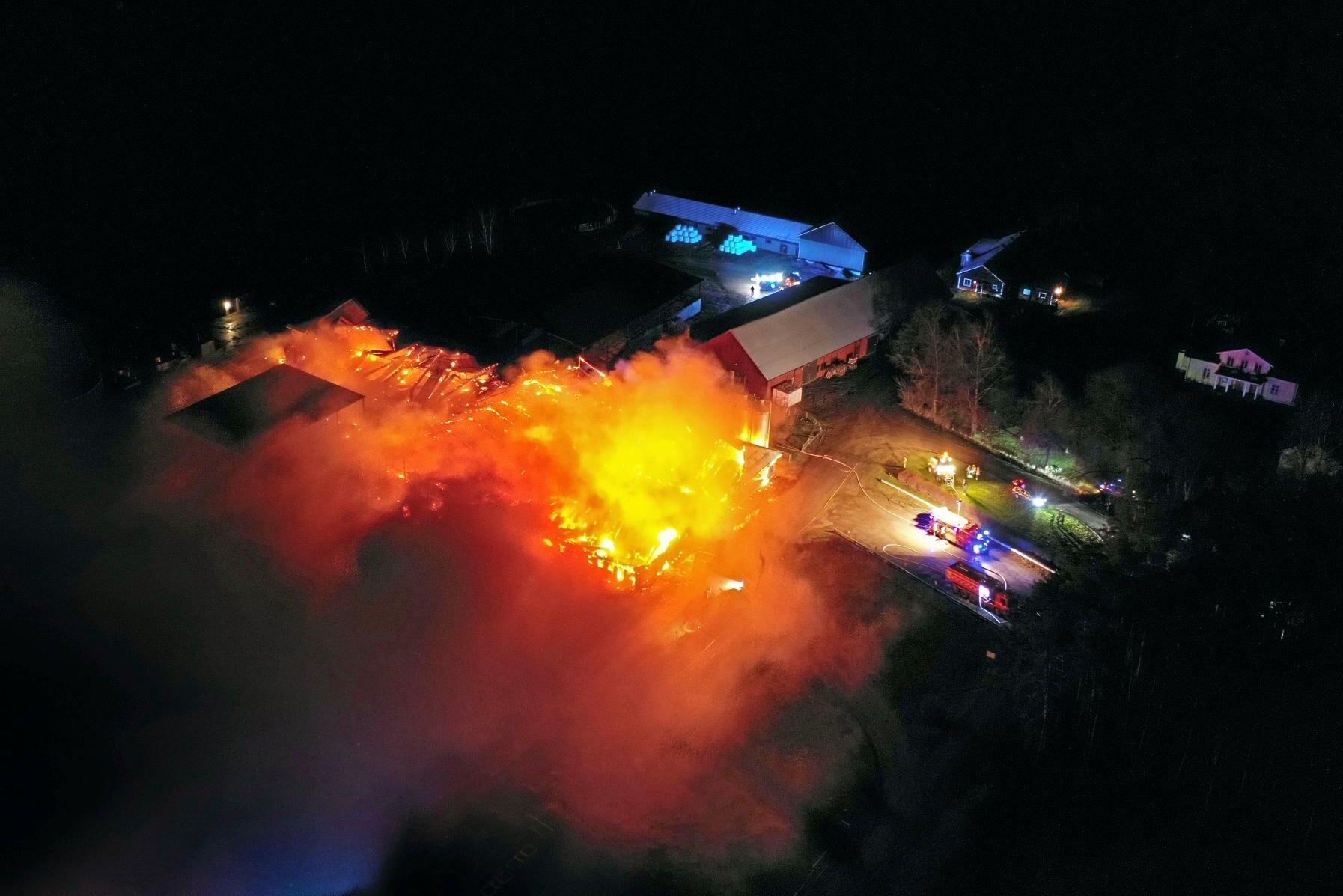 Larmet om branden kom in till polisen vid halv fyratiden på onsdagsmorgonen.