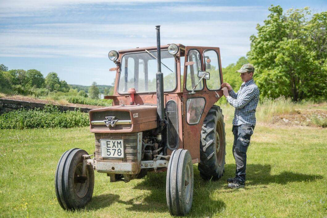 Den vackert åldrade traktorn kommer från en bonde i trakten och har gått cirka 9000 timmar.
