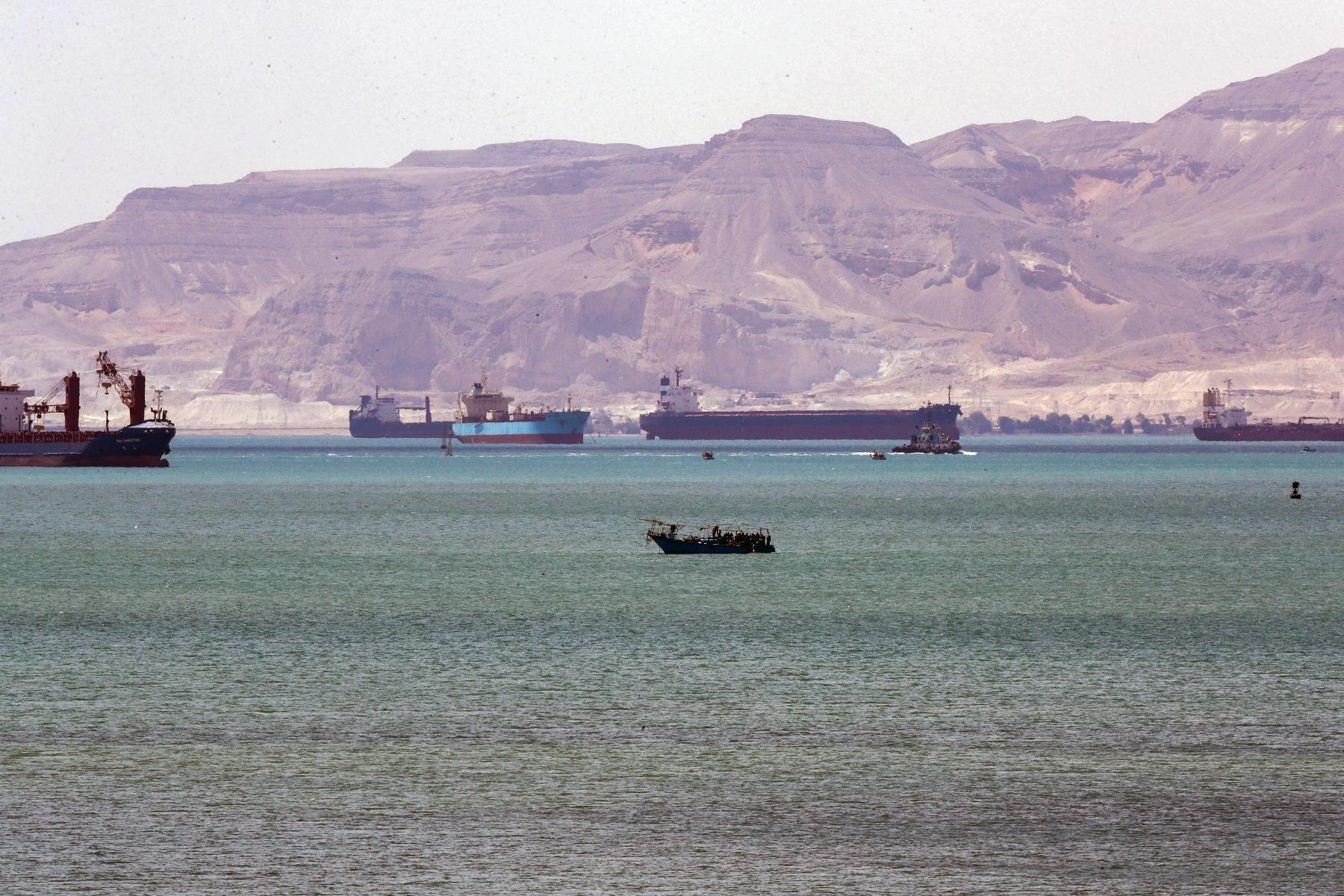 Över 450 fartyg köar för att få passera.