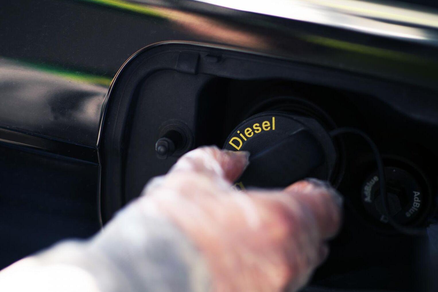 Sista droppen diesel ska säljas innan 2040 i Sverige. Och nya personbilar med dieselmotorer innan 2030. Det vill utredaren Sven Hunhammar som i dag ska presentera sina tankar för miljöminister Per Bolund.