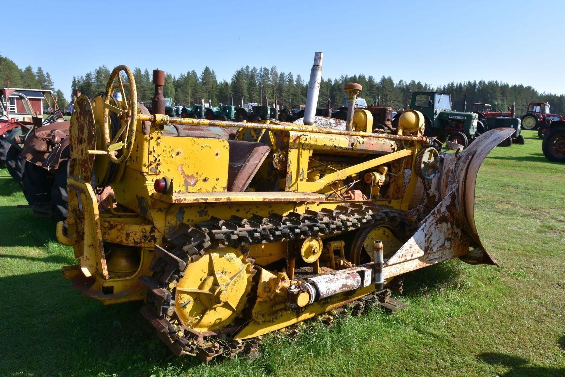 Före detta militär bandschaktare Allis Chalmers 4-cylinder från 1940-talet.