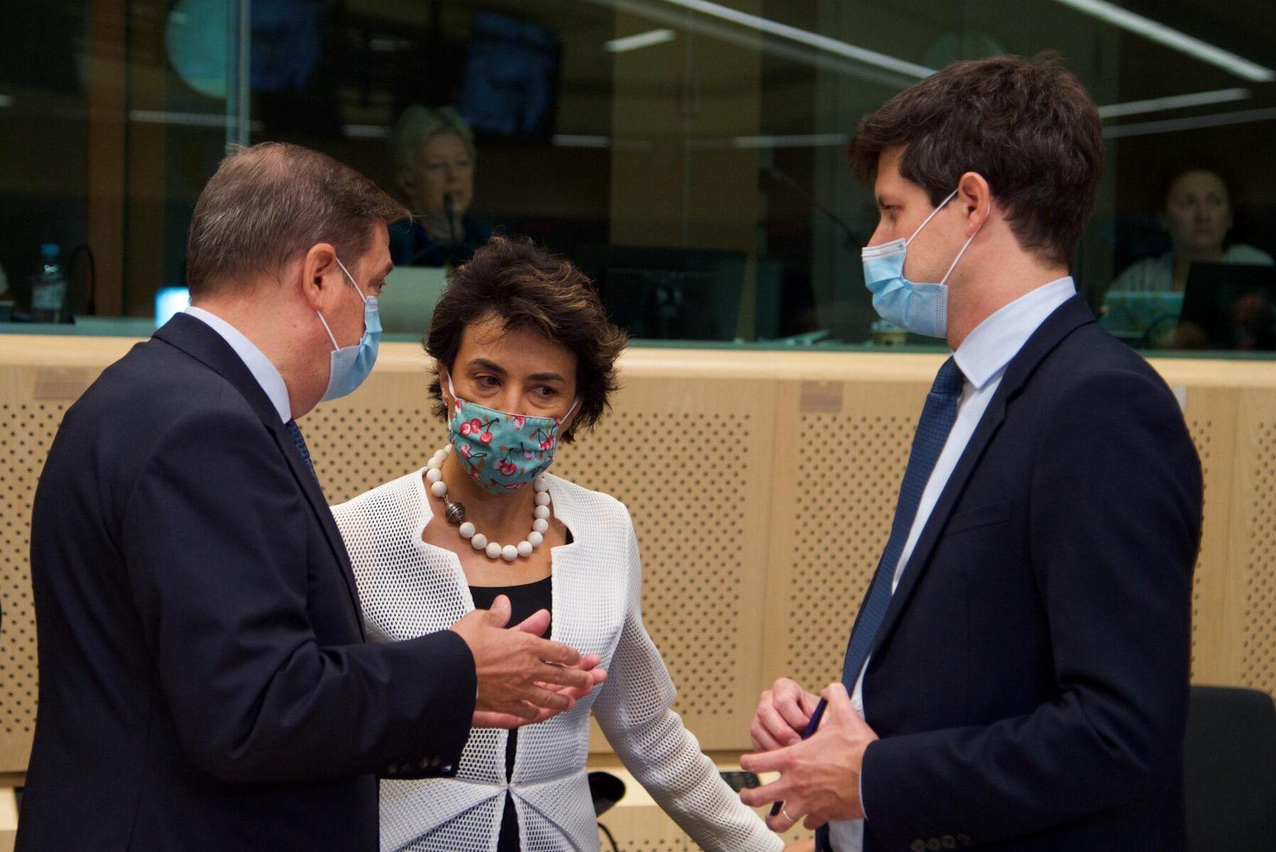 Det är munskydd på som gäller när EU-ländernas jordbruksministrar träffas. Spaniens jordbruksminister Luis Planas Puchades (till vänster) och Frankrikes jordbruksminister Julien Denormandie (till höger) står båda bakom uttalandet om mer stöd till proteingrödor. Deras portugisiska kollega, Maria Do Céu Albuquerque, tillhör inte undertecknarna.