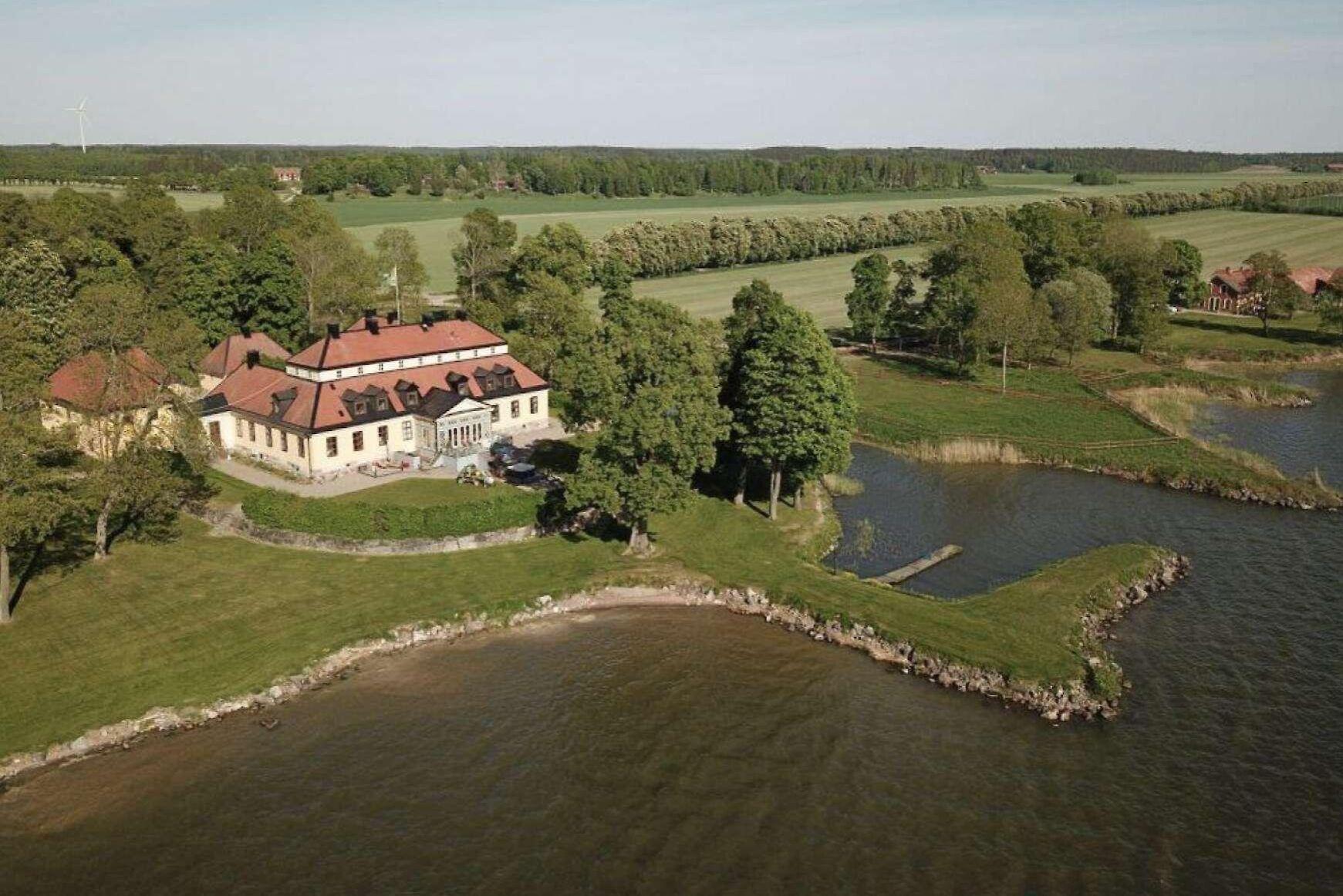 Gården omfattar cirka 2 770 hektar land med åkermark, betesmark, löv- och barrskog, samt cirka 500 hektar vatten.