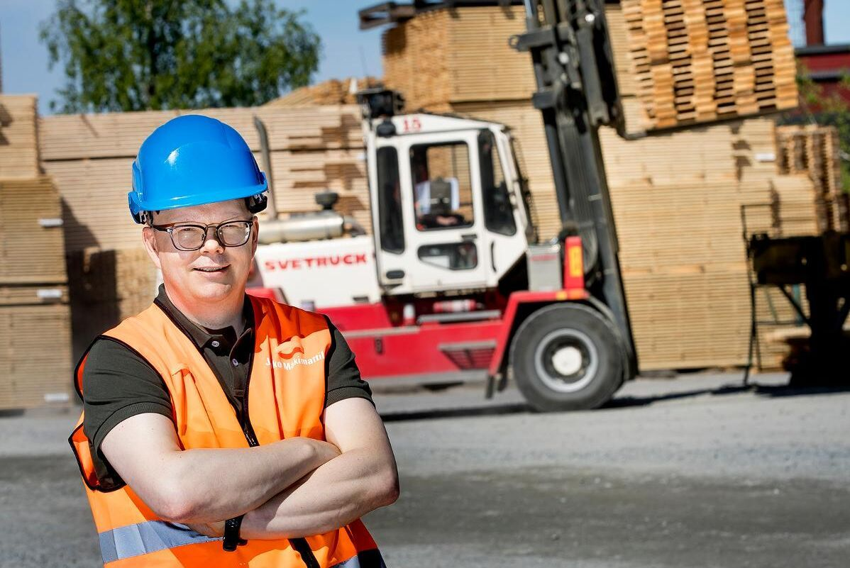 En nöjd Jouko Mäkimattila, produktchef Hyvlat, kan konstatera att Setra tack vare det nya hyvleriet i Hasselfors kommit i gång med export till USA.