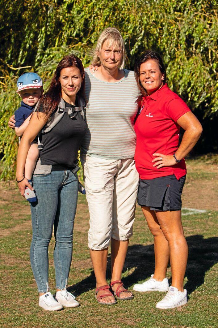 Träningskompisar är viktigt för såväl hundar som hundägare. Från vänster: Louise Jonsson med sonen Liam på ryggen, Maria Brandel och Madelaine Eriksson.