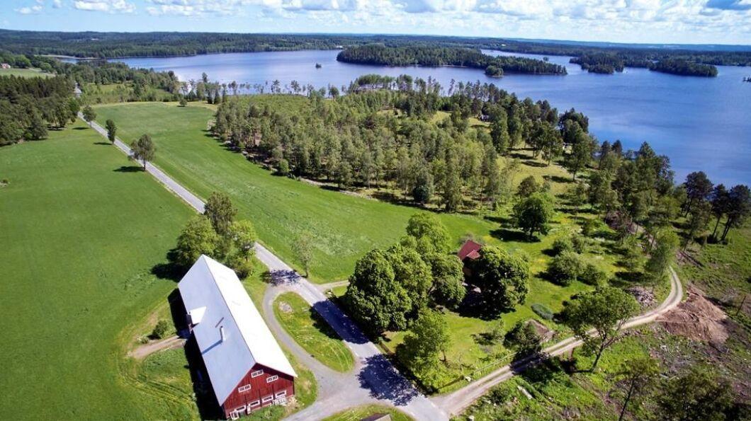 """norr om Nässjö ligger i """"typiskt Småländskt landskap med sjöläge vid Hästsjön"""". Fastigheten erbjuder ett gediget 50-talshus med möjlighet till djurhållning och kräftfiske i sjön. Total areal tre hektar varav två är åker och betesmark. Utgångspris: 4500 000 kronor."""