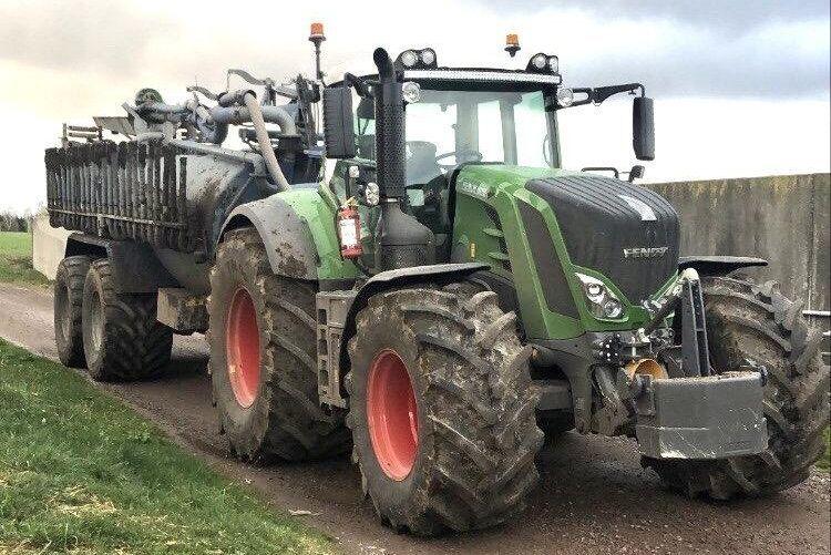 Kolla däcken! Alexander Karlsson kör den 15 kubik stora Hill-tunnan med en Fendt 828 med 900-däck bak och 710-däck fram.