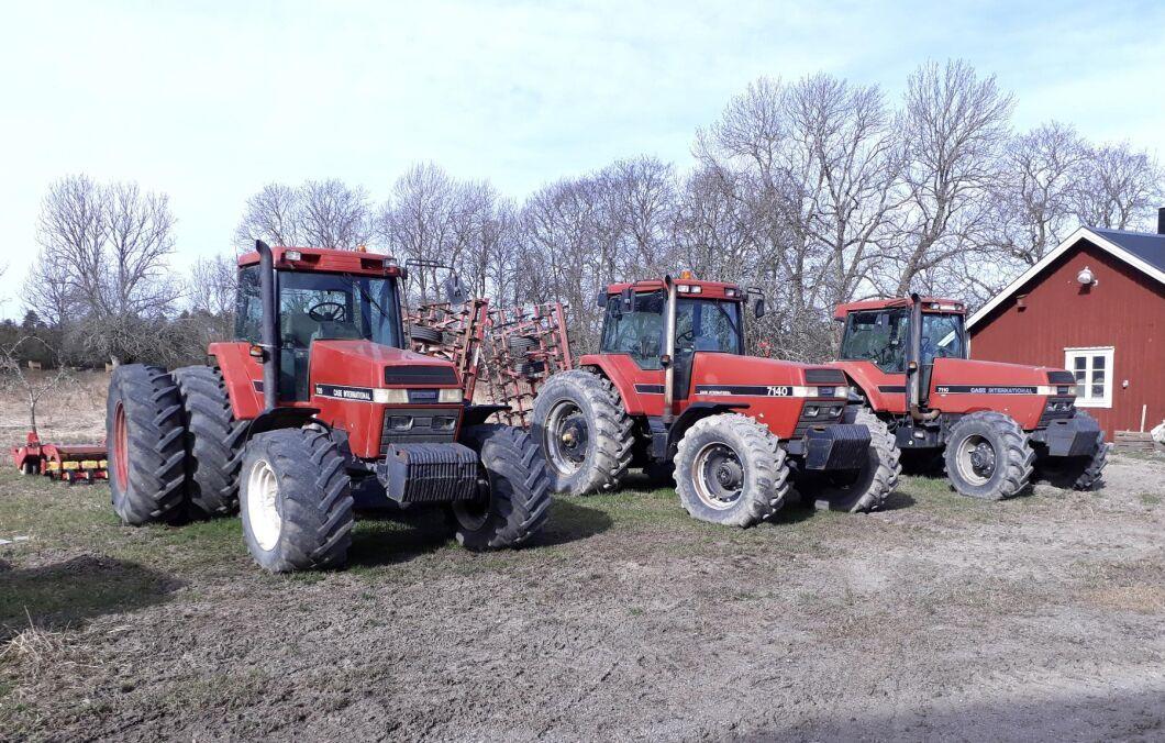 Kolla, vilken fantastisk Magnum-flotta! Nu är vi hos Johan Lind på Lundby gård och traktorerna som är startklara för vårbruk är: Magnum 7120, Magnum 7140 och Magnum 7110.