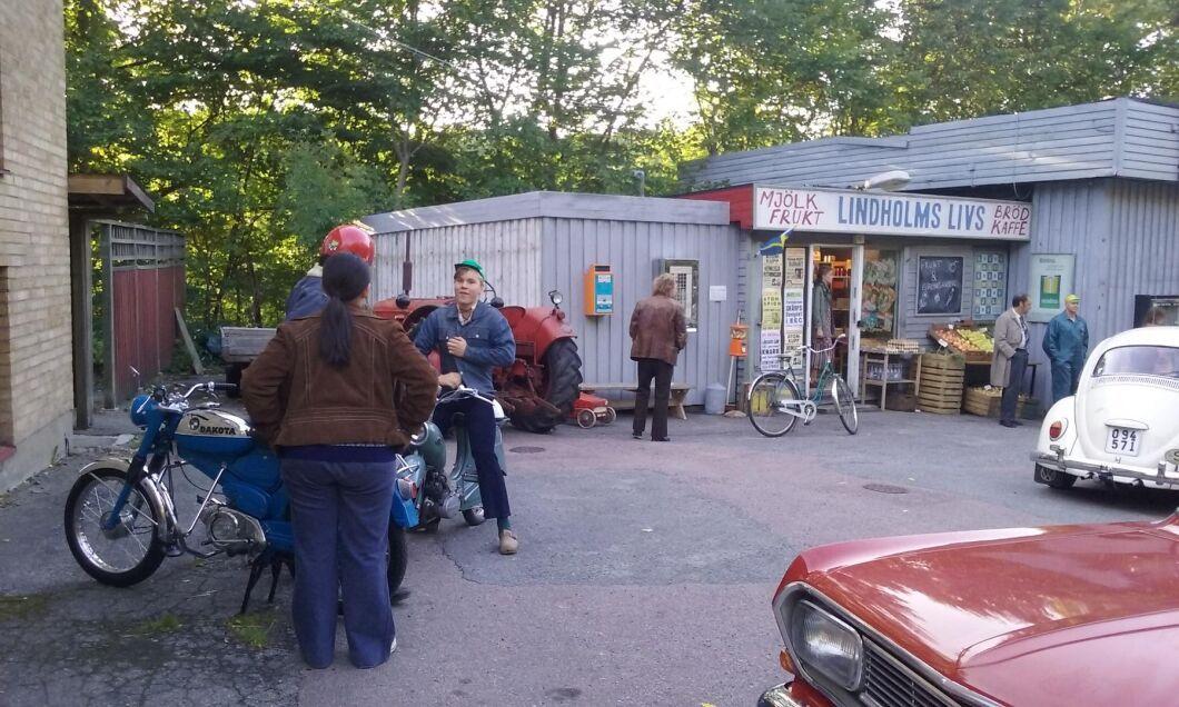 Traktorn medverkade i en scen på en tidstypisk bilmack med tillhörande matbutik.