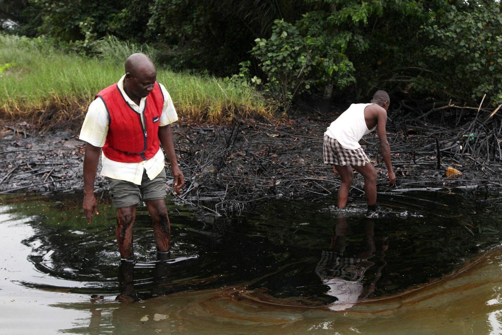 Oljefläck i en vik i närheten av Bodo City i södra Nigeria. Bilden är från den 20 juni 2010.