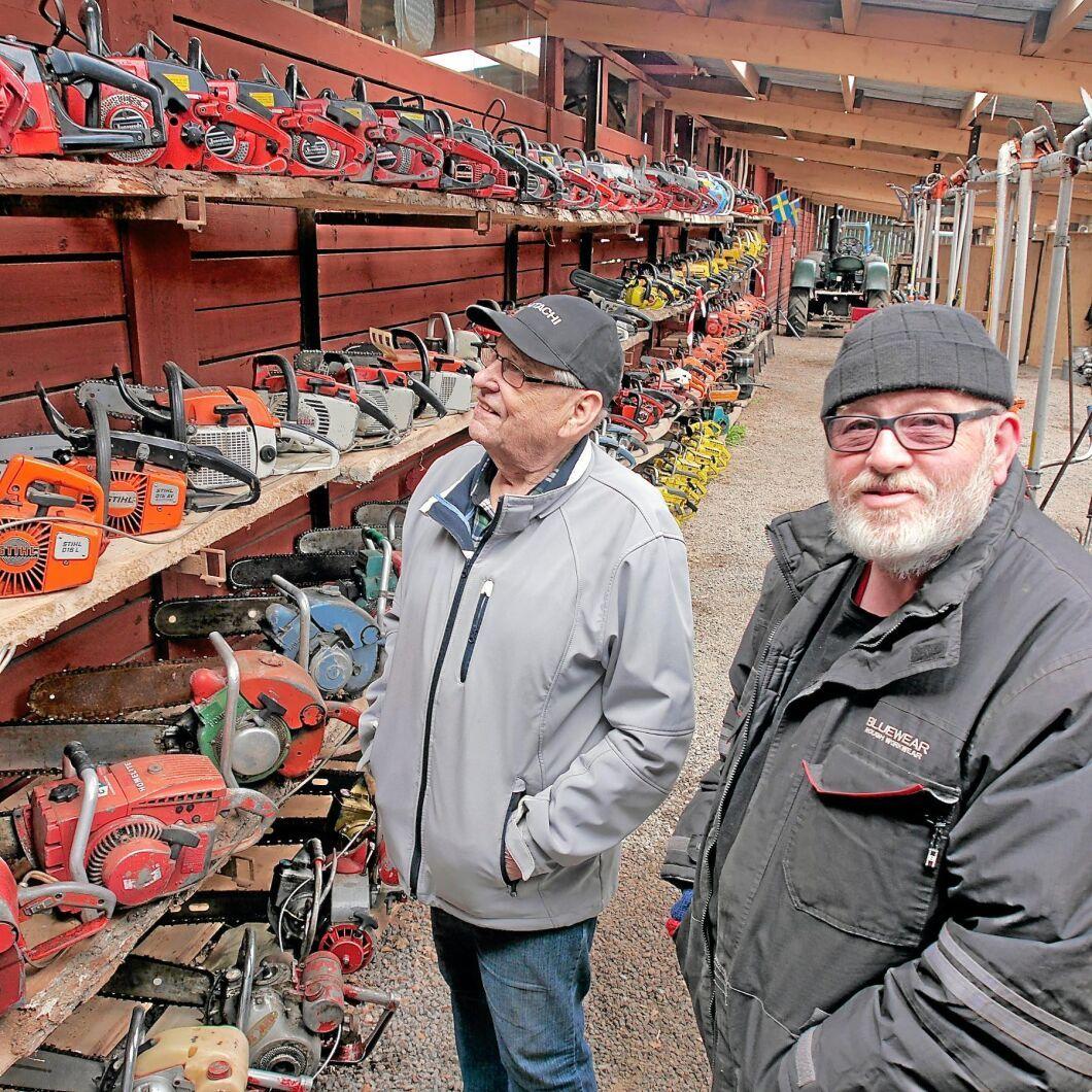 Motorsågssamlaren Olov Karlsson och Roland S Johnsson från Målilla-Gårdveda hembygdsförening slår upp portarna till det nya motorsågsmuseet i Målilla på söndag.