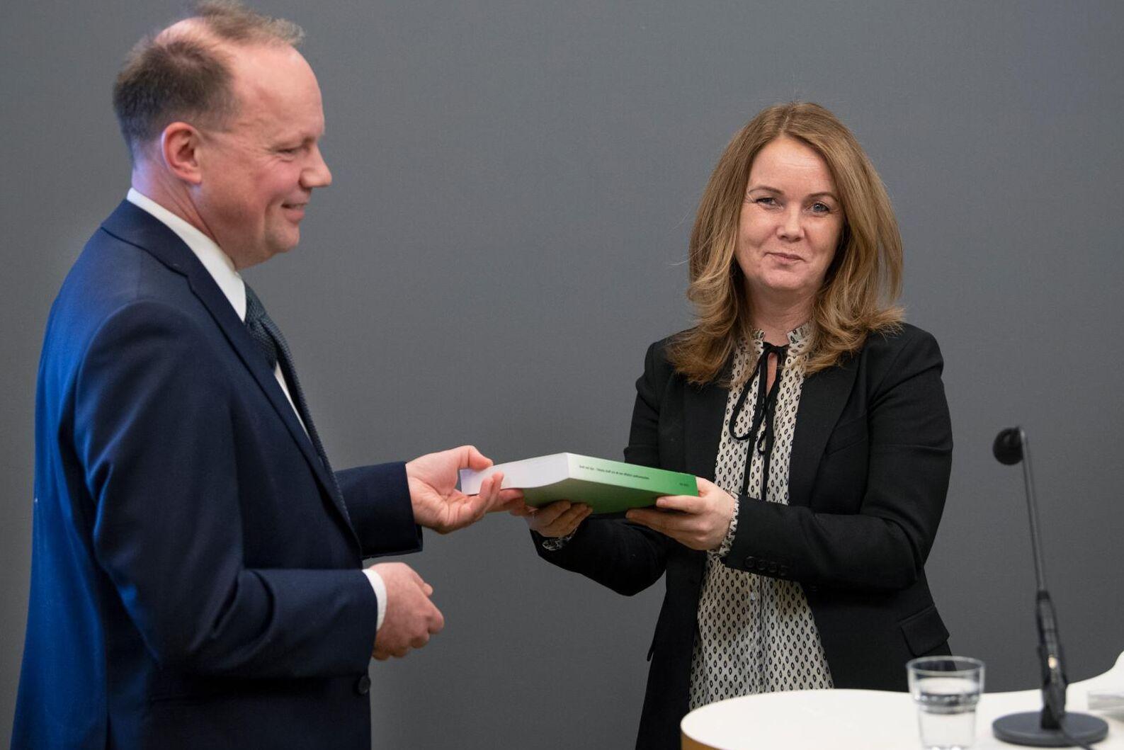"""I dag överlämnade Lars Wallinder betänkandet """"Brott mot djur – skärpta straff och ett mer effektivt sanktionssystem"""" till landsbygdsminister Jennie Nilsson (S)."""