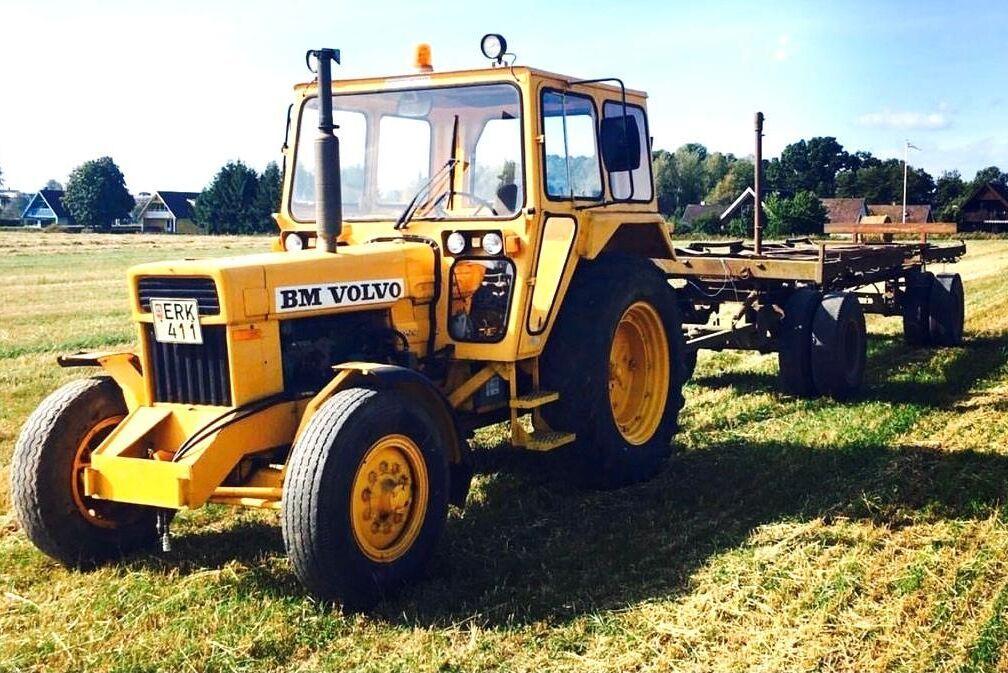 Här jobbar en BM Volvo 800 Industri. Den är gul och har en väldigt stor hytt. Volvo BM byggde endast 149 exemplar och den här udda traktorn finns hos Benjamin.
