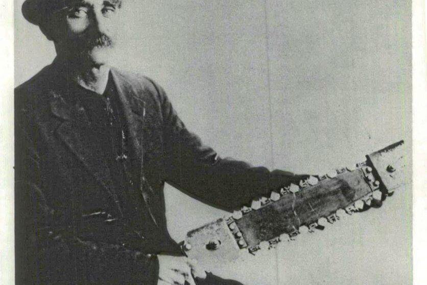 Kanadensiske lantbrukaren James Shand med sin mobila motorsåg år 1918.