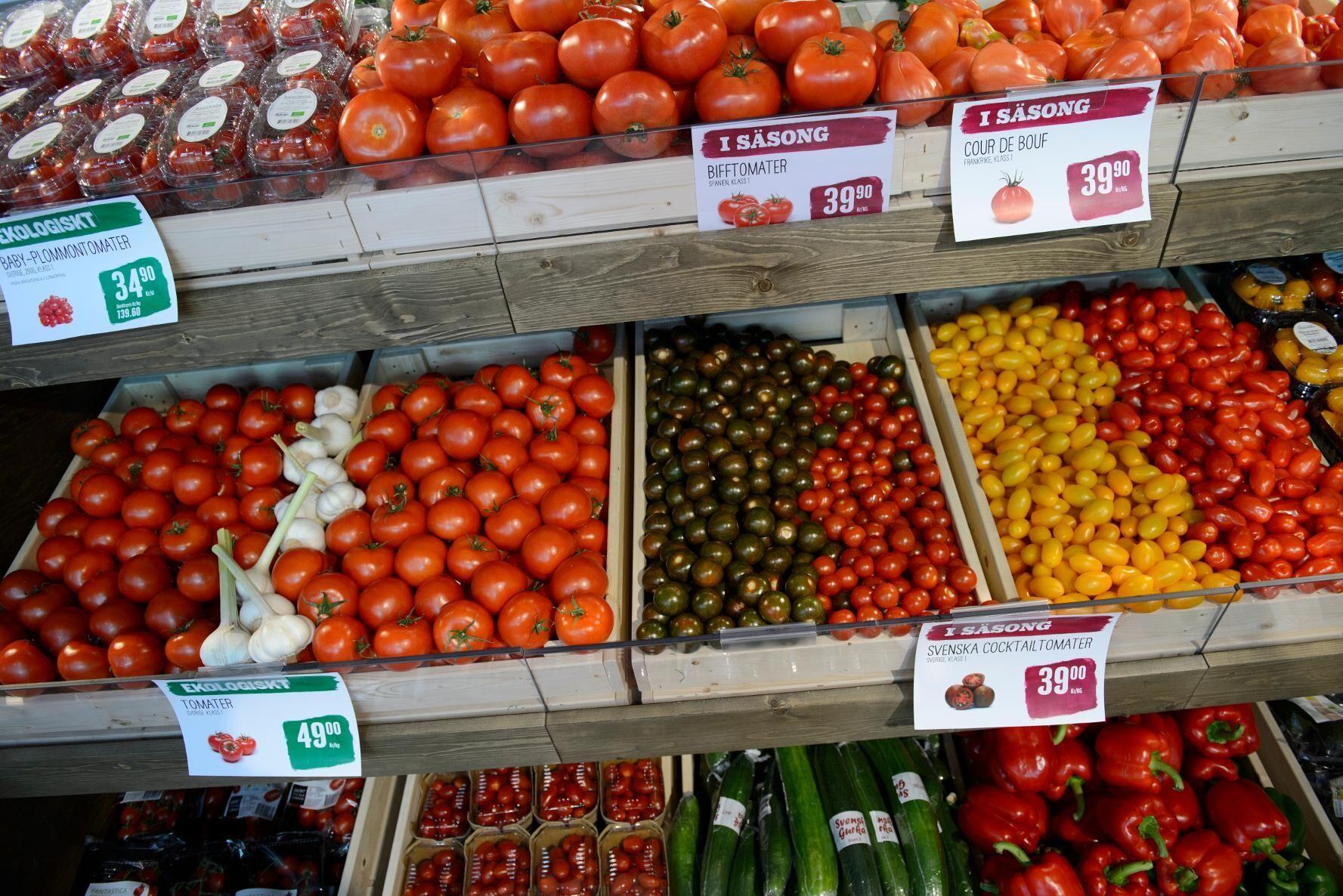 Ekologiska tomater till salu. Arkivbild.