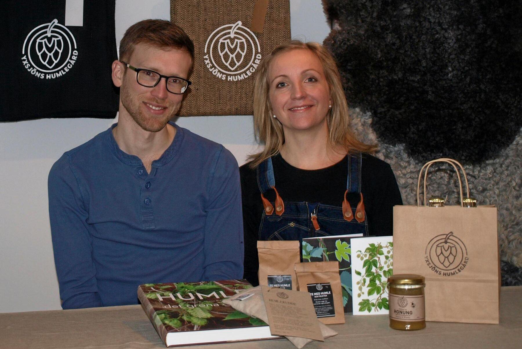 – Det finns också mycket annat än öl man kan göra av humle, till exempel örtsalt och koffeinfria teer, säger Erik och Carolina Råberg, som driver Yxsjöns Humlegård i Härryda.