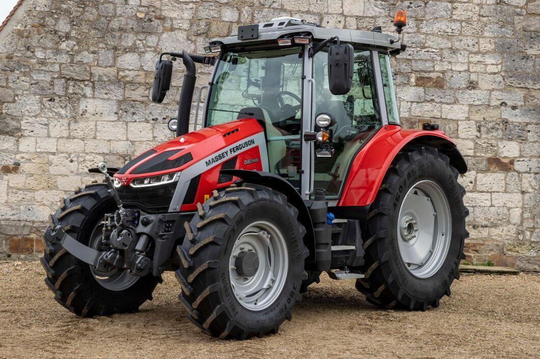 Den nya starkare framaxeln med fjädring har en vändradie på 4 meter. I kombination med den nya frontlyften, med ökad lyftkapacitet, ska den nya framaxeln göra att traktorn kan utnyttja större frontmonterade redskap.