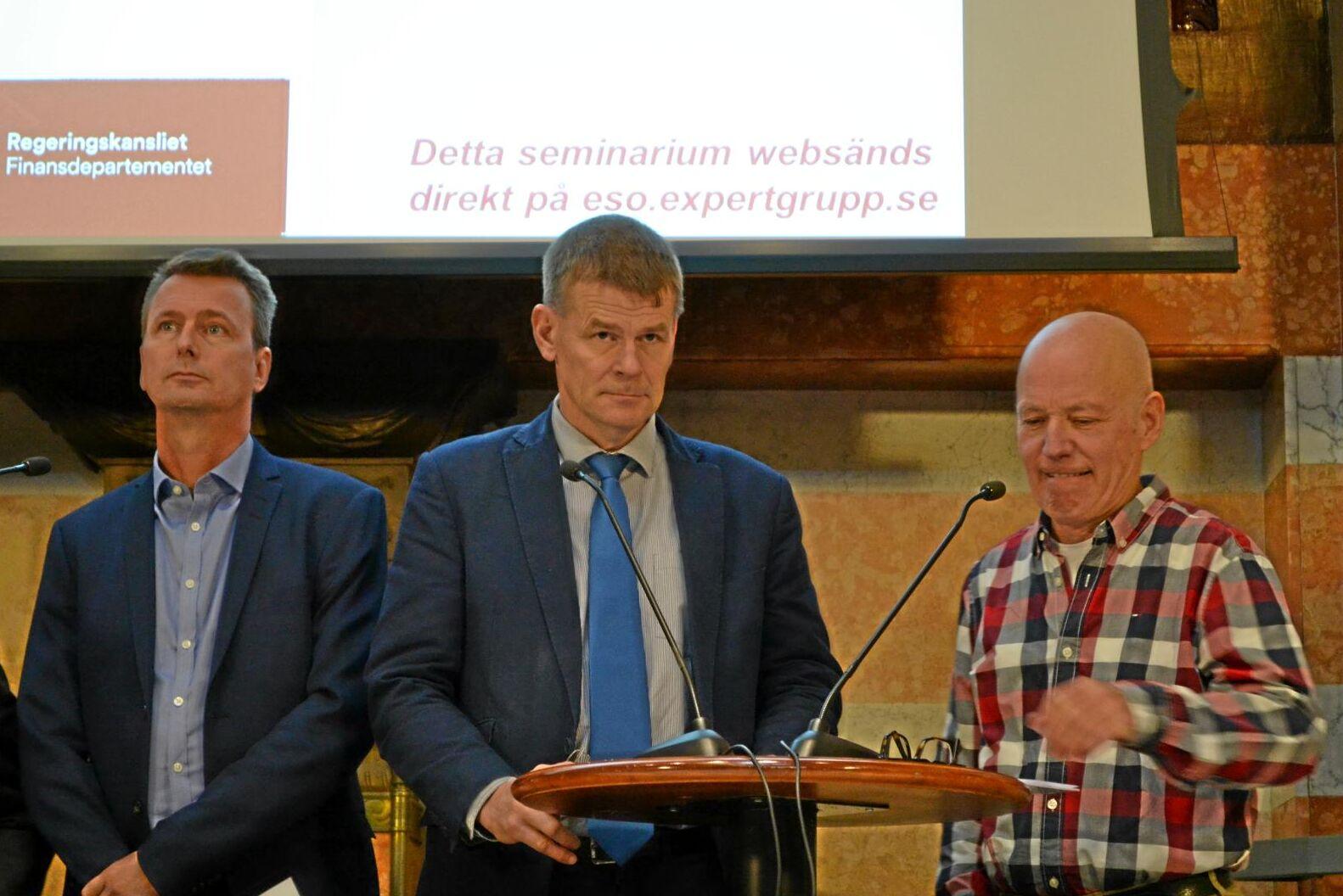 Magnus Berg, Skogsindustrierna, längst till vänster, och Herman Sundqvist, Skogsstyrelsen, mitten, var inte positiva till Magnus Nilssons rapport om avsättningar i skogen.