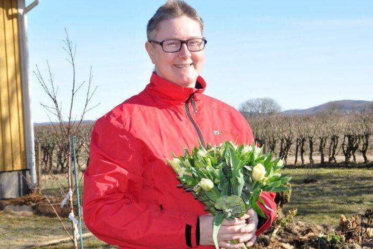 Helen Gustafsson prisas på internationella kvinnodagen med blommor och tårta av Centerkvinnorna och Centerpartiet i Halland.