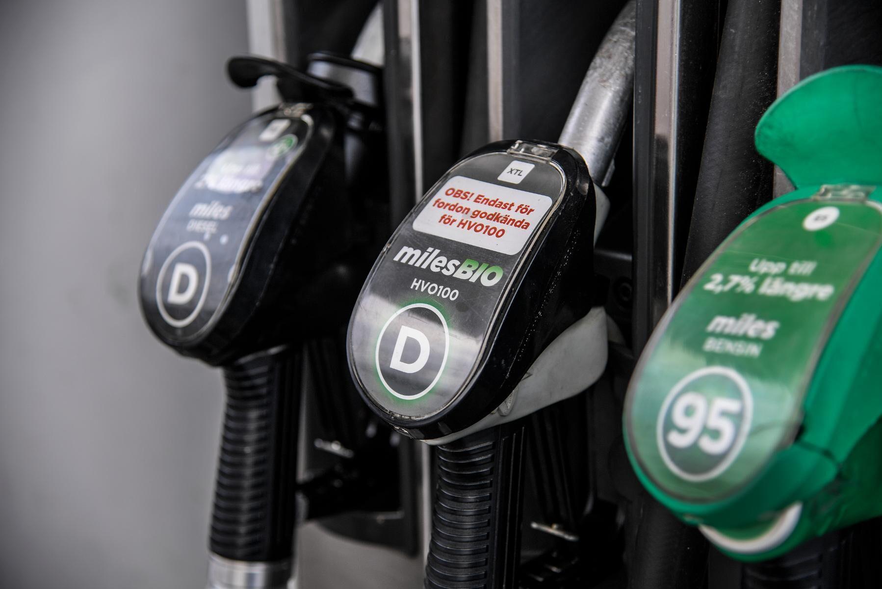 Priserna på bensin, diesel och HVO-100 föll med 10 öre per liter. Arkivbild.