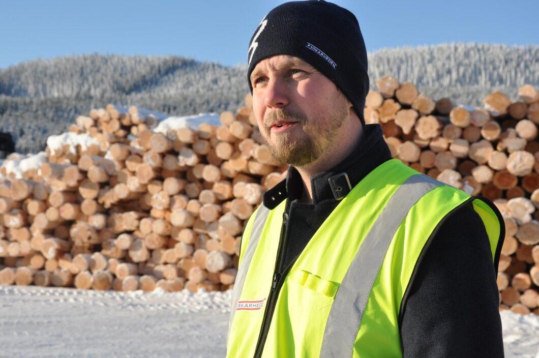 """""""Det är en marginalsport att driva sågverk"""", säger vd Magnus Larsson. Han tog över efter sin far som sitter kvar i styrelsen i bolaget."""