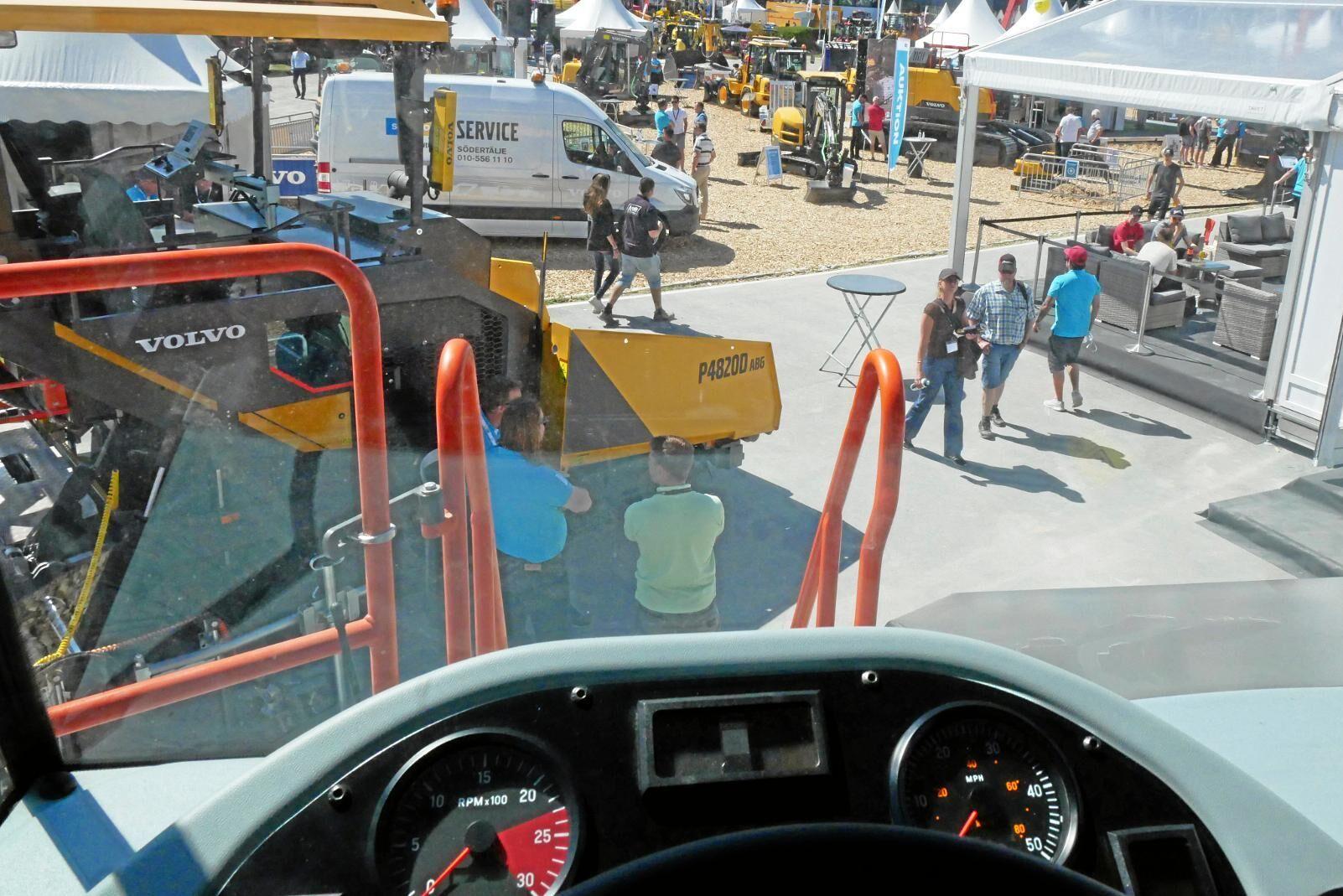 De flesta maskinerna gick att provsitta och provklämma. Bilden är inifrån Volvos tipptruck R70D.