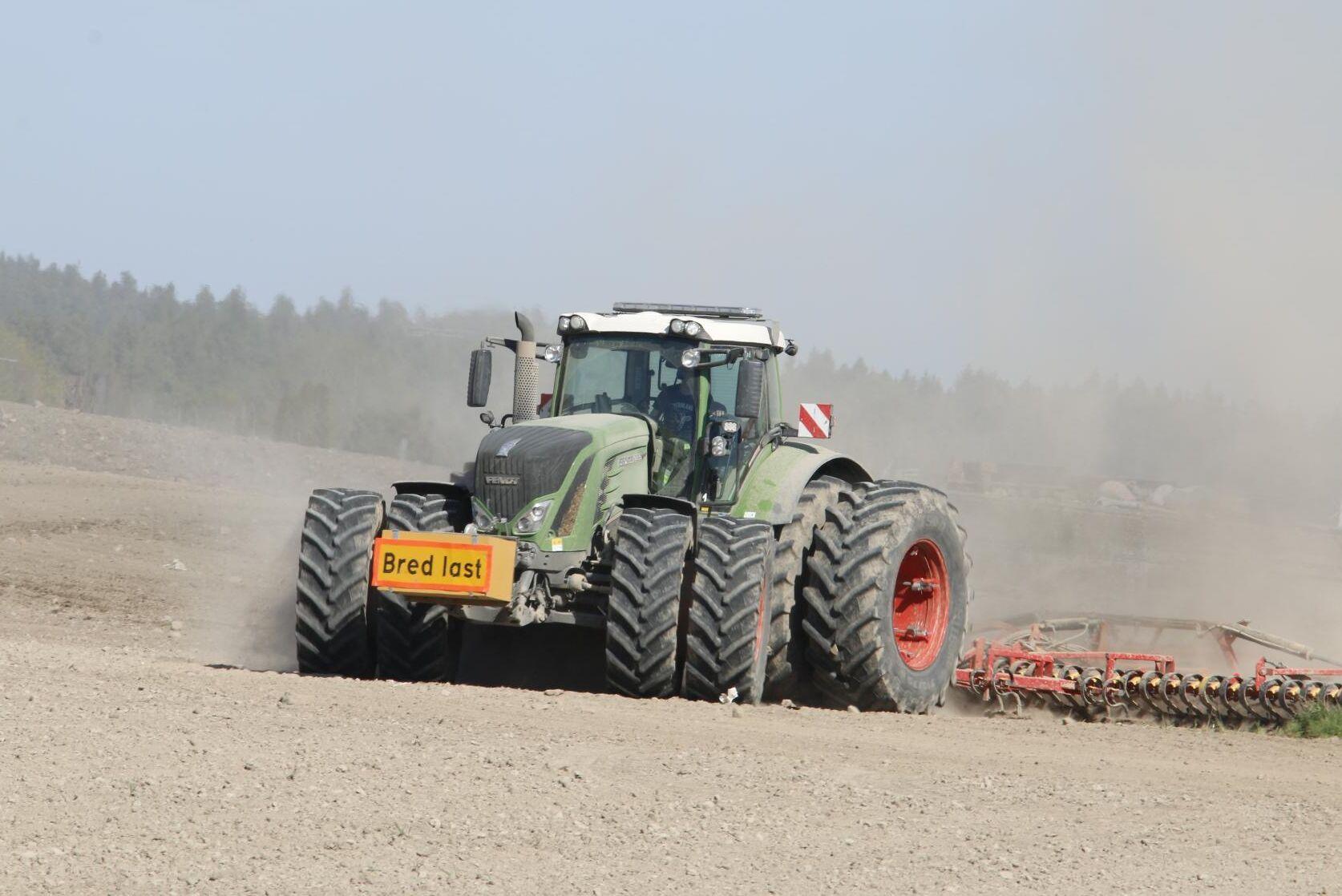 Det är vårbruk på Stjernsunds gård söder om Askersund och Fendt 939 pressar med harven.