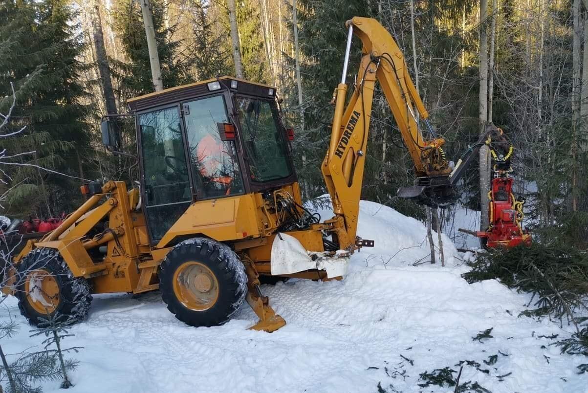 Det krävs att man är koncentrerad till 100 procent hela tiden, säger Per Ivar Nordell som monterat ett skördaraggregat på sin traktorgrävare.