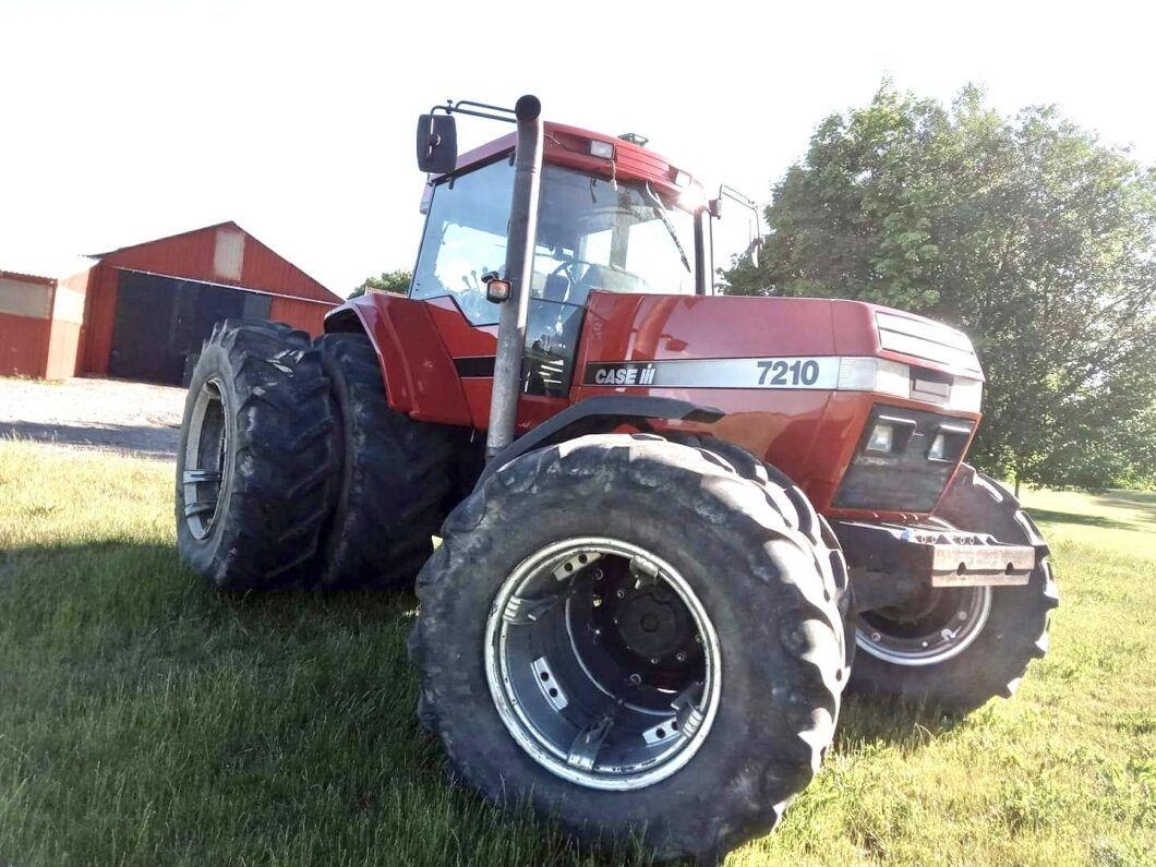 """Magnum 7210 som gått 3700 timmar. Nu har traktorn John Deeres autostyrning och blir alltså lite mer """"up to date"""". """"Men jag tvingas väl backa lite på devisen 'Nothing kills a Deere like a Magnum'"""", hälsar Peter Borring."""