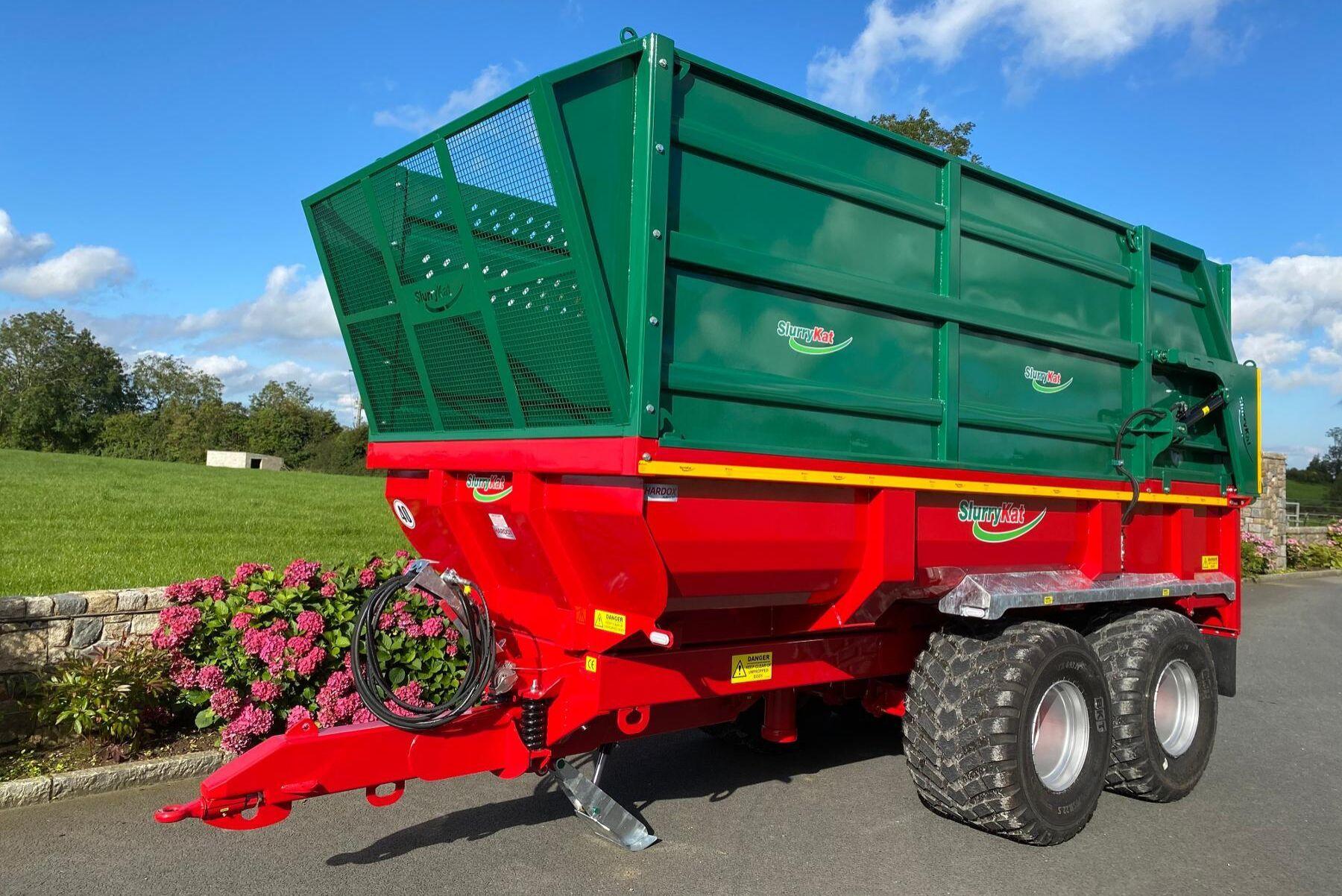 Kombinerad dumpervagn och foderkärra.