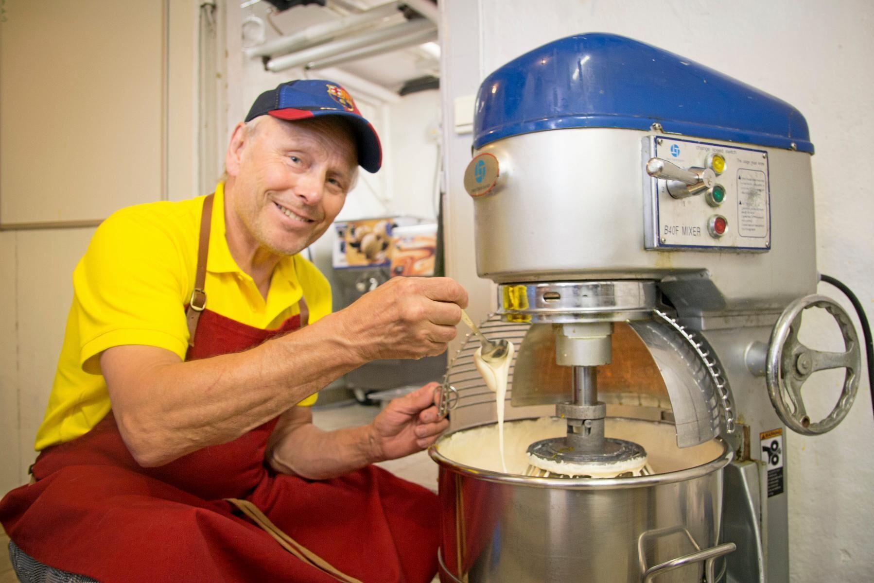Per Brunberg vid vispen som rör ihop socker och äggulor till en smet i en bild från juni 2019.