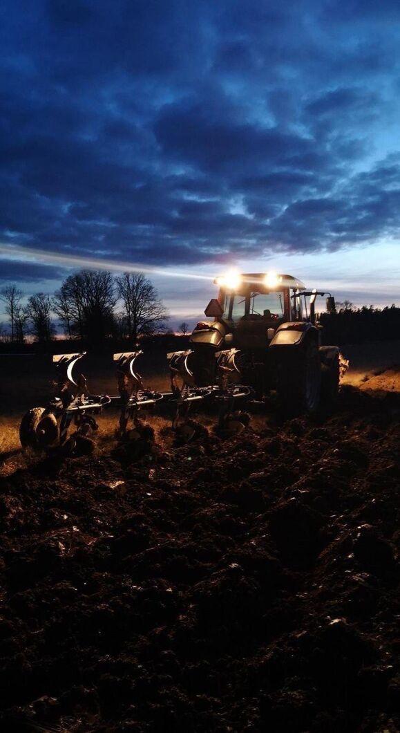 Vårplöjningen är i full gång på Boo gård och Carl-Johan Ytterbring siktar på spikraka plogfåror. Hur tycker du att han lyckas?