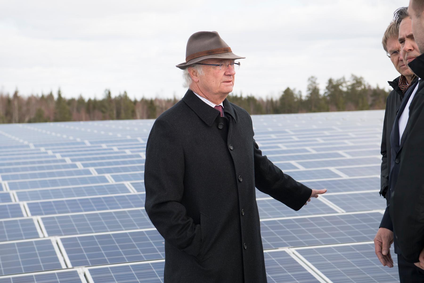 Kung Carl XVI Gustaf besöker företaget Apoteas logistikcenter i Uppland. På taket finns Sveriges största solcellsanläggning. Arkivbild.