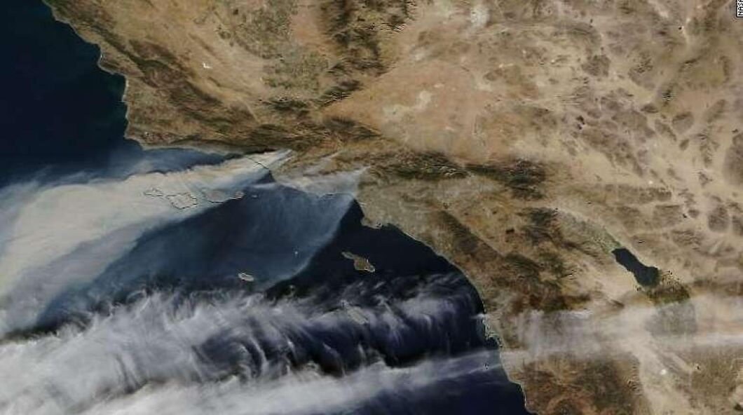 På Nasas satellitbild syns röken från branden Thomas som rasar på fem olika platser i södra Kalifornien.