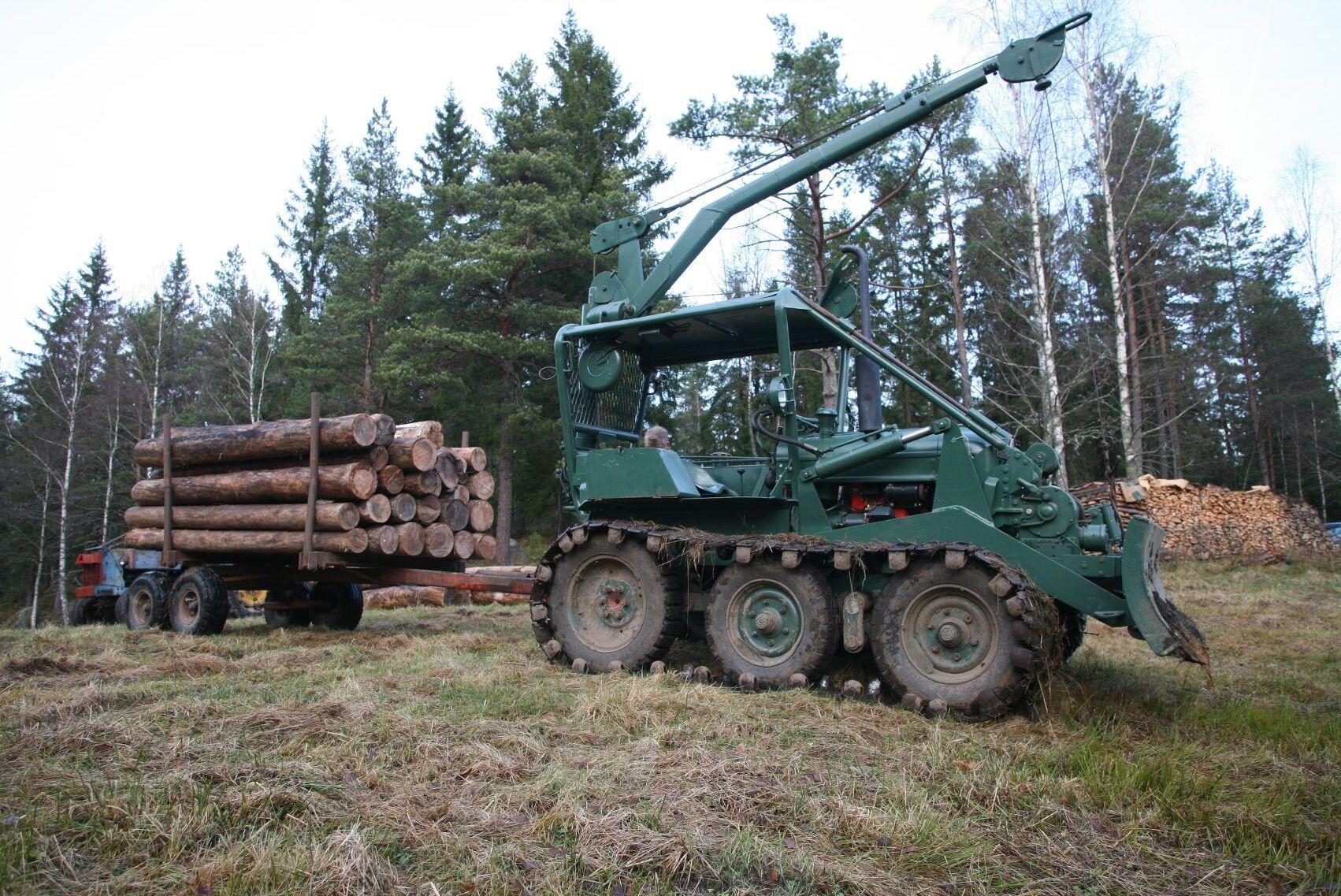 1957 börjar ÖSA och BM Volvo sälja den gröna helbandaren 230 Bamse och många historiker kallar den världens första riktiga skotare. Den bygger på jordbrukstraktorn BM 230 Victor och 1960 uppgraderas den och nya Bamsen blir rödlackad.