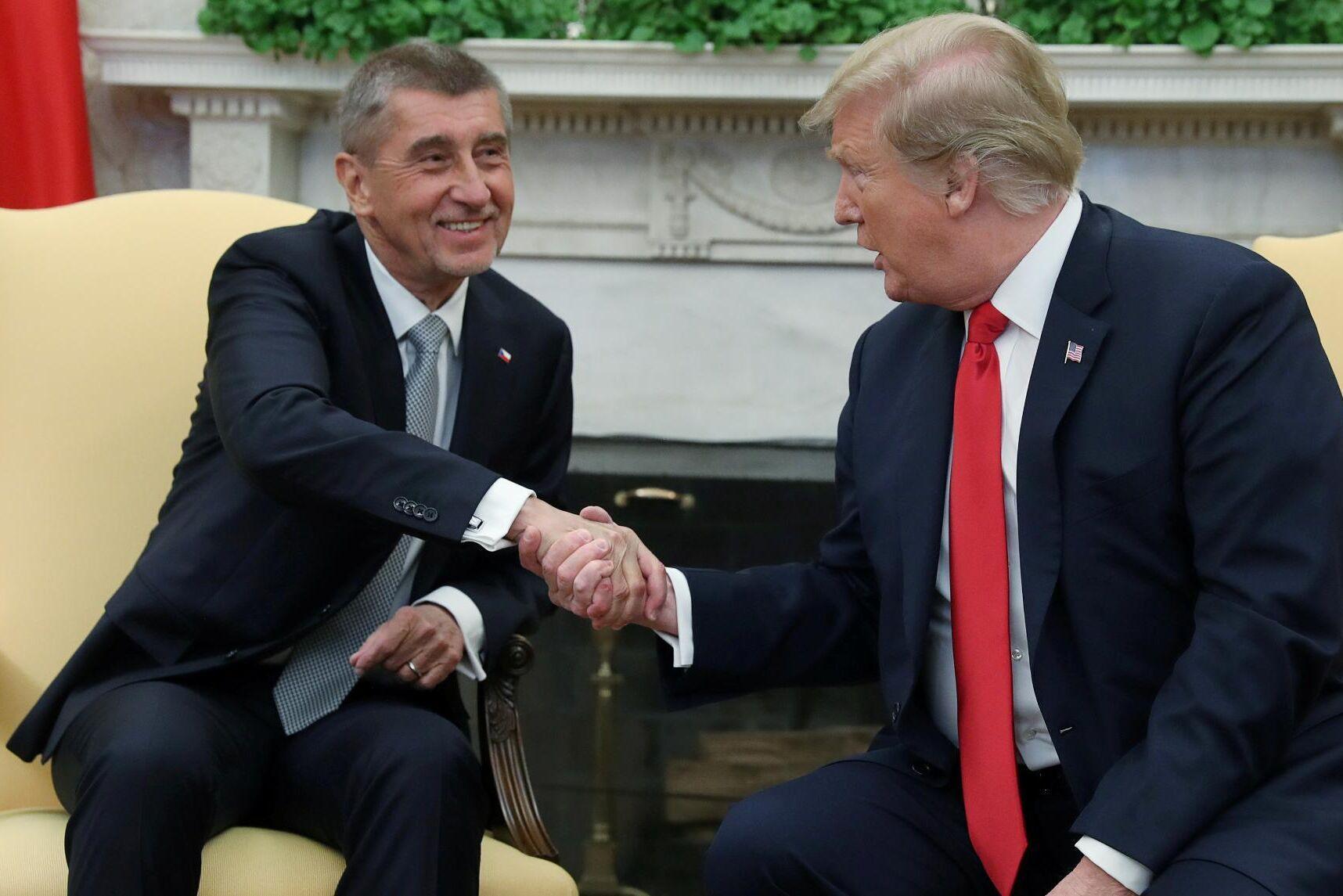 Tjeckiens premiärminister skakar hand med USA:s dåvarande president Donald Trump vid ett möte i Vita huset 2019.