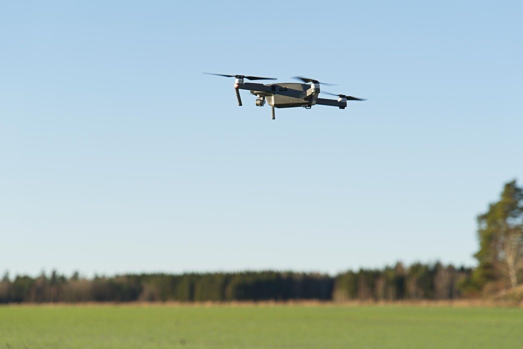 Var observant om du tar en flygbild som avbildar horisonten. Det här fotografiet på drönaren har tagits med en vanlig kamera från marken och omfattas därmed inte av reglerna men så fort kameran är uppe i luften gäller regelverket.