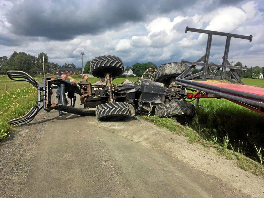 Traktorn välte där ena framhjulet krängde av.