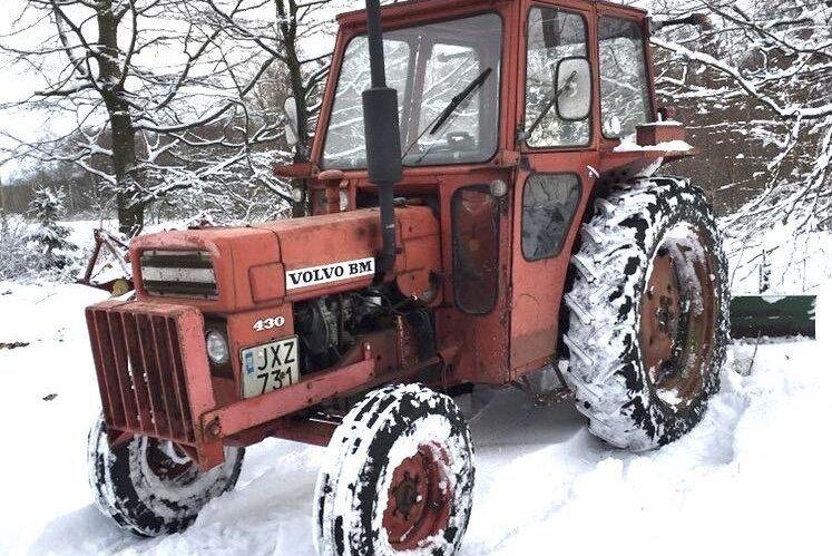 Trotjänaren Volvo BM 430 har fått komma ut och rastas. Det är en riktigt rolig traktor att köra. Den är väldigt pigg och inte ett dugg blyg, hälsar Erik Johansson glatt.