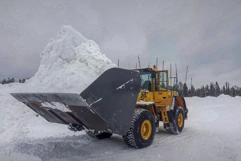 Tror du att det går att få på mer snö i den här skopan? Påpasslig fotograf är Olof Rohdin.