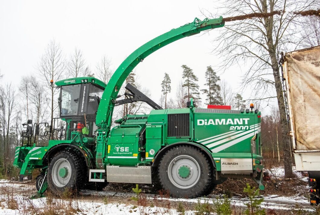 Hungrig. Albach Diamant 2000 kan ta både stammar och grot och lasta direkt på lastbil eller upplag.