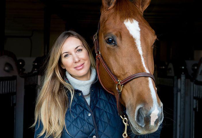 Emma Hartman, produktchef på Intervacc, med häst.