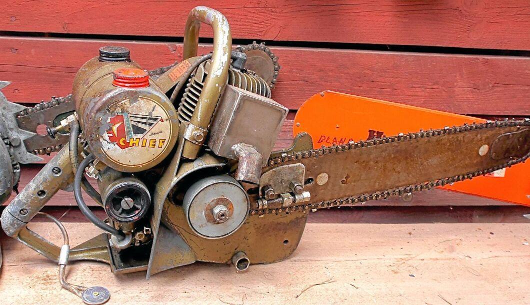 1. Chief. En av muséets rariteter och både Olov Karlssons och Roland S Johnssons favoriter. Enligt ryktet har den här motorsågen tillverkats av samma företag som gjorde motorcykeln Indian Chief. Men Roland S Johnsson förklarar att det har visat sig att ryktet inte riktigt stämmer. Istället ska tillverkaren av motorsågen som märkts med Chief ha fått tillgång till detta namn någon gång efter att Indian slutat producera motorcyklarna kring år 1954, berättar Roland S Johnsson.