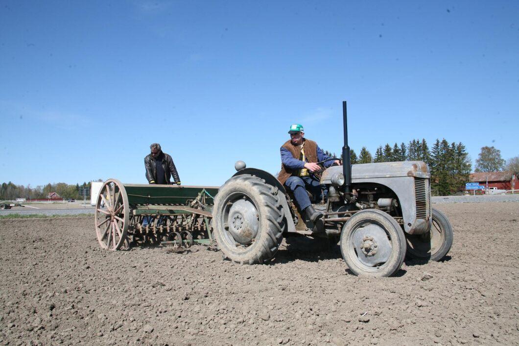 Vårsådd med Ferguson Grålle. Irländaren Harry Ferguson skapar en traktor som världen aldrig har skådat. Han uppfinner det hydrauliska trepunktssystemet och under många år är Ferguson ensamma om den uppfinningen.