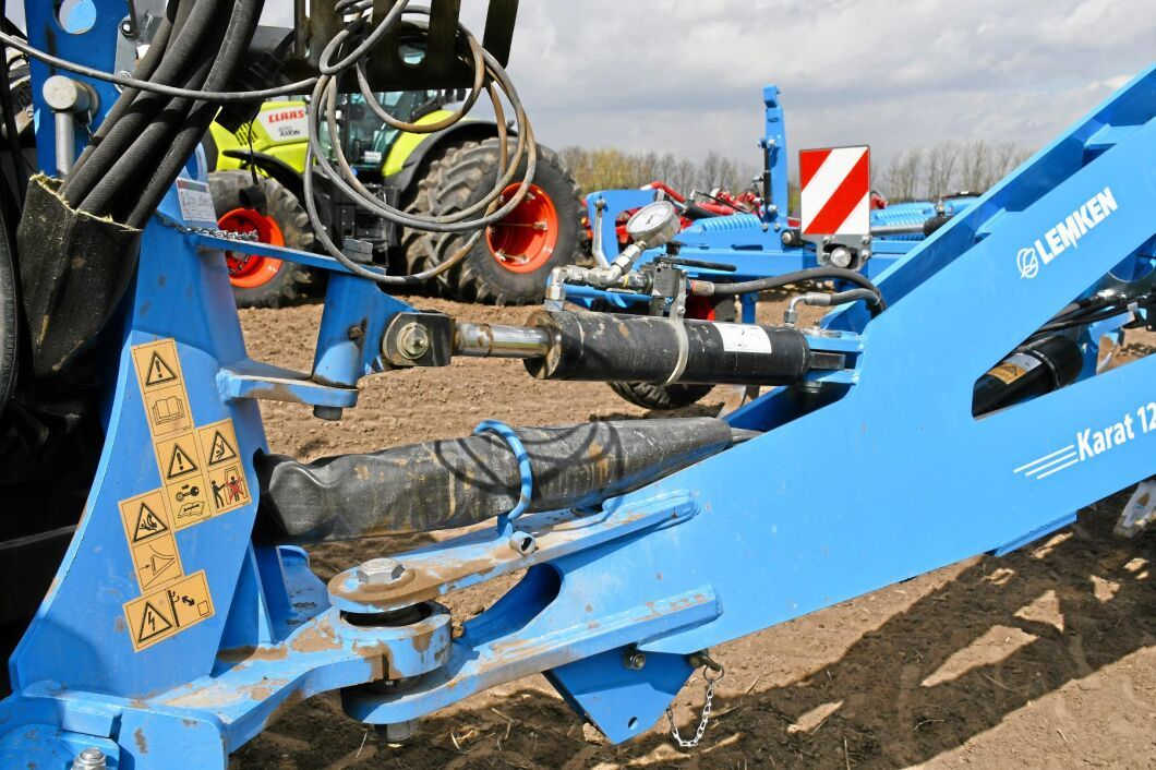 Viktöverföringen består av en hydraulkolv, placerad mellan trepunktsfästet och kultivatorn.