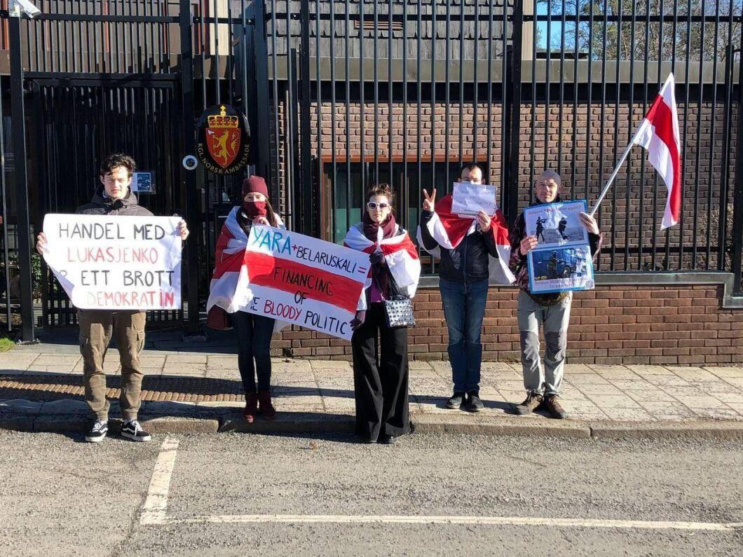 I februari protesterade Sveriges belarusier mot gödseljätten Yara utanför norska ambassaden i Stockholm.