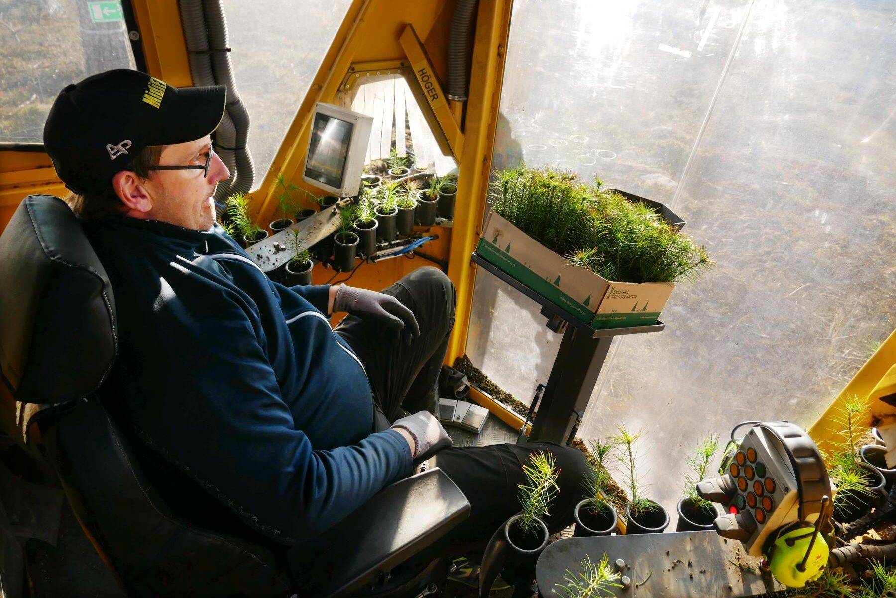 """Rickard Boväng bemmanar operatörshytten: """"När man suttit här och matat plant några timmar går det på automatik."""""""